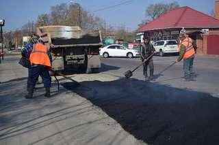 Рабочие УМУПТС ликвидируют перекопы на улицах