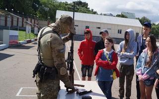 В Уссурийске бойцы ОМОН провели для воспитанников лагеря акцию «Прокачай лето!»