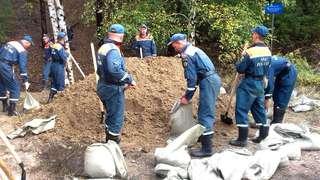 В Уссурийске дамбу в районе «Семи ветров» укрепляют спасатели