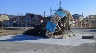 В поселке Пластун Приморского края рухнула новогодняя елка