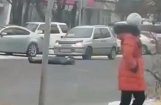 В Уссурийске неадекватная женщина легла под проезжавшие авто