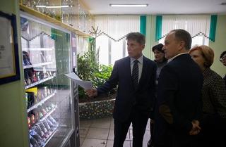 Автоматы со сладостями и газировкой из школ Приморья уберут в течение месяца