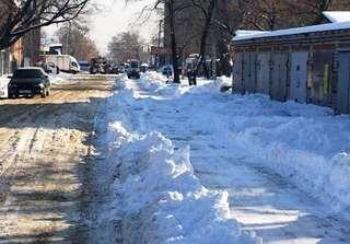 В Уссурийске продолжается уборка тротуаров от снега