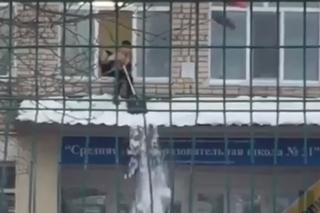 Полиция проверяет видеозапись об опасной уборке снега в одной из школ Уссурийска