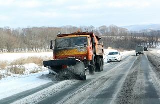 Дороги Приморья очищают от снега