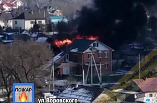 Мощный пожар полыхает в Уссурийске
