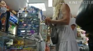 «Мы вас нахлобучим» — яркая блондинка устроила скандал в приморском магазине