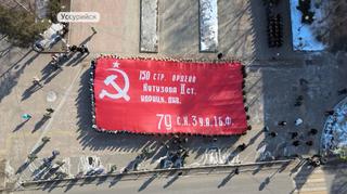 Копию Знамени Победы развернули в Уссурийске