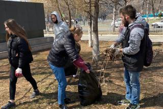 Студенты-добровольцы провели субботники на мемориальных комплексах Уссурийска