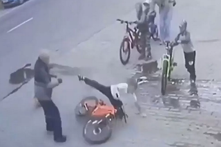 «Напал на ребенка и пнул женщину»: в Приморье камера уличного наблюдения сняла низкий поступок мужчины