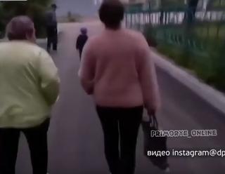 Две женщины на лавочке возмутили жителей одного из районов в Уссурийске