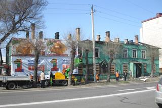 В Уссурийске по случаю 9 мая ветхий барак закамуфлировали рекламными баннерами
